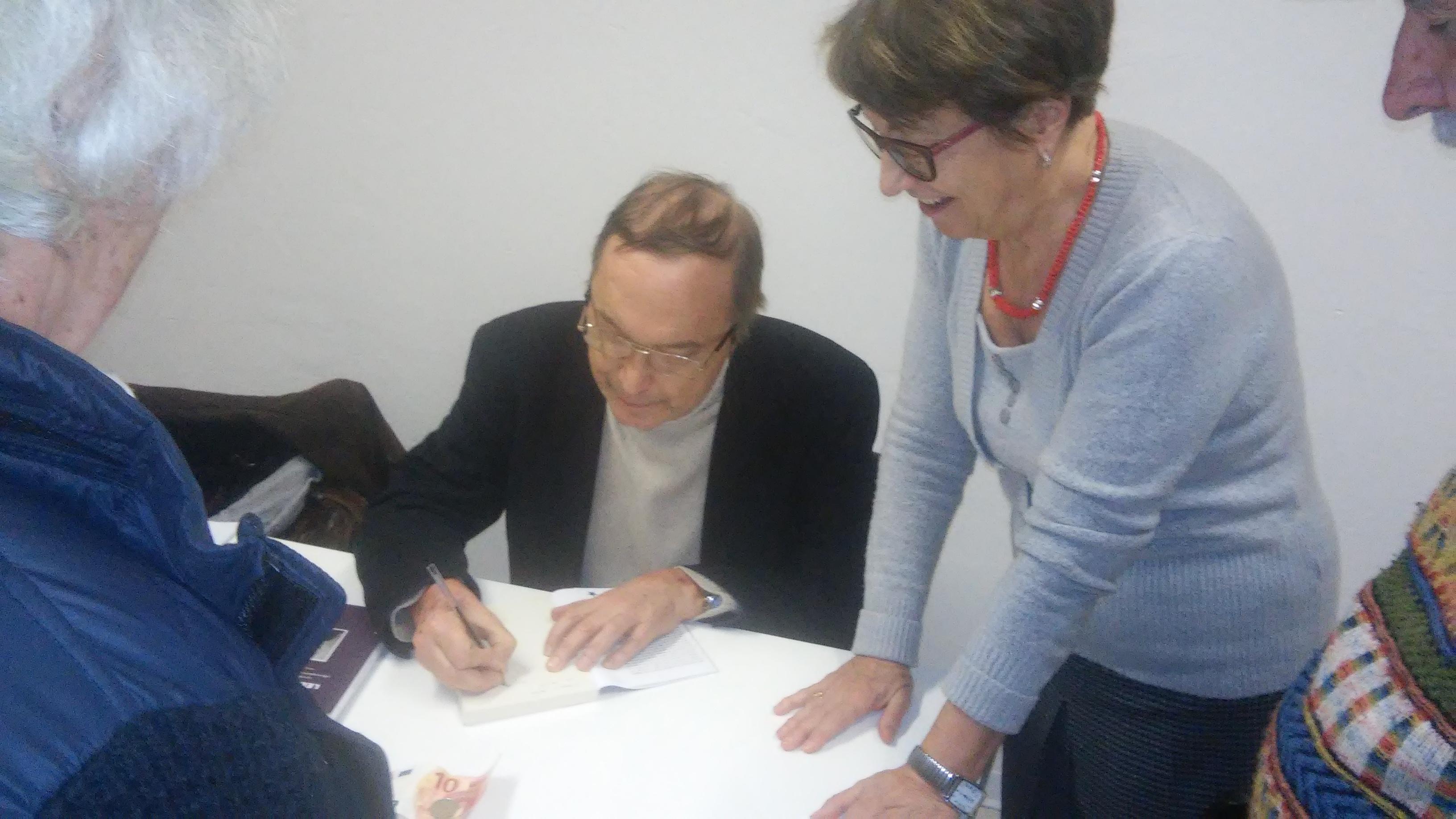 Sergio Dalmasso firma libri su Lelio Basso a Ivrea