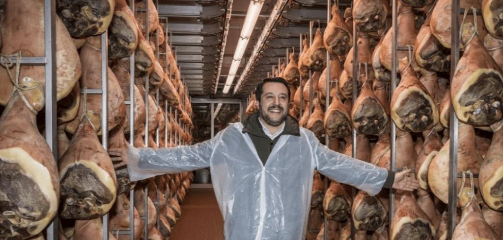 Salvini il gastropopulista coi prosciutti